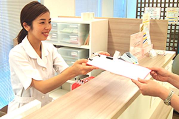 受付、会計、レセプト業務、診察札への誘導、診察の介助、電話対応